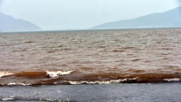 Marmaris'te deniz kahverengi oldu