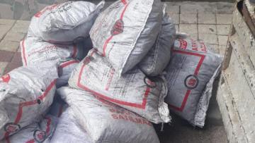 Yardım için verilen odun – kömürü sosyal medyadan satışa çıkardı