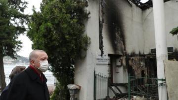 Erdoğan, yanan Vaniköy Camii'ni ziyaret etti