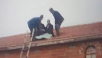 Takla atan kamyonetten çatıya uçtu