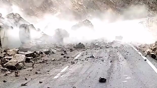 Dev kaya parçası yolu trafiğe kapattı