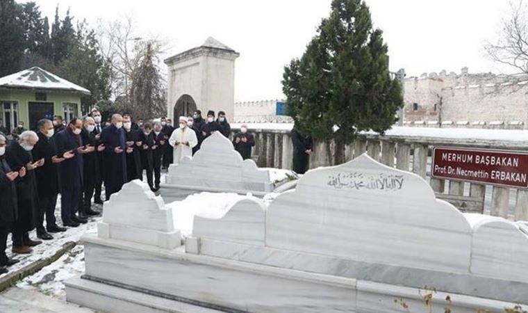 Erdoğan Erbakan'ın mezarını ziyaret etti