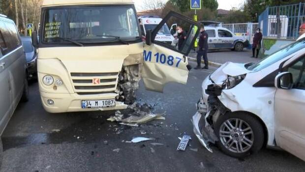 Bakırköy'de yolcu minibüsü ile polis aracı kafa kafaya çarpıştı