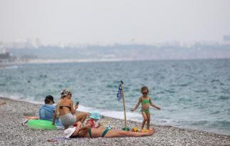 Kısıtlamadan muaf turistler sahillere akın etti