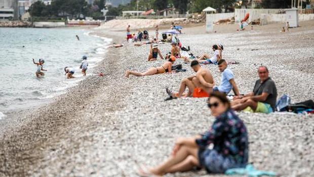 Antalya'da turistler sahillere akın etti